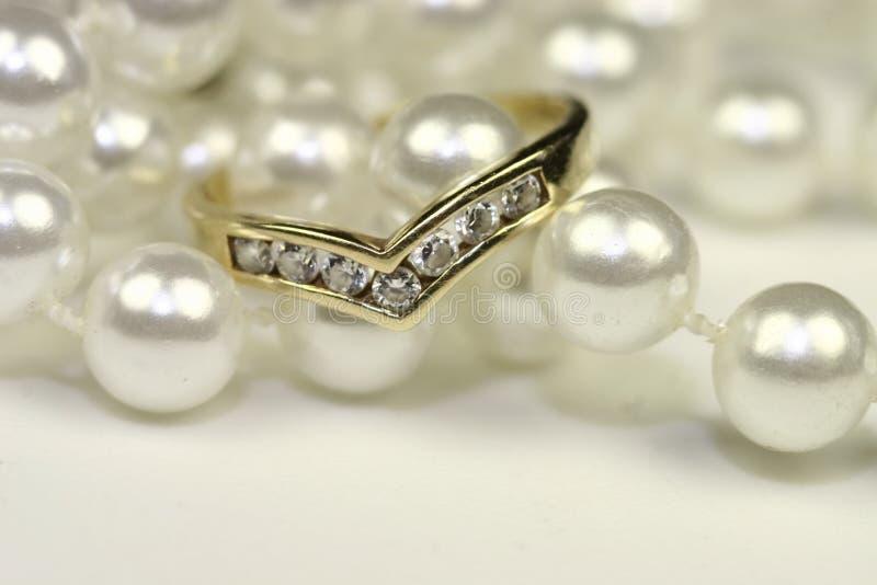 Aneis de noivado e pérolas foto de stock royalty free