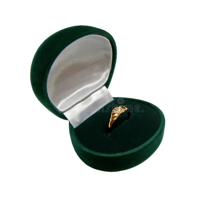 Anel-caixa verde com anel de ouro foto de stock