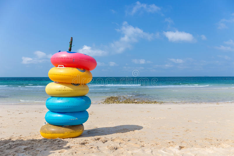 Anel colorido na praia na ilha de Koh Larn fotografia de stock