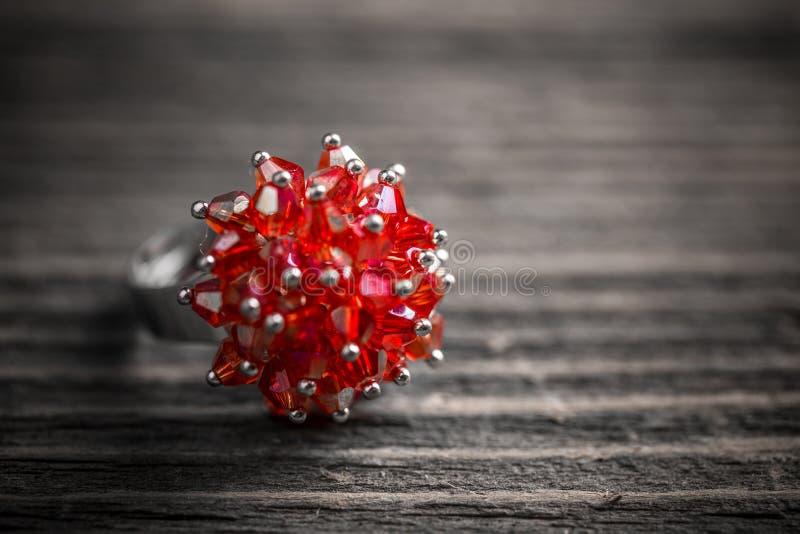 Anel da joia com pedra vermelha imagem de stock