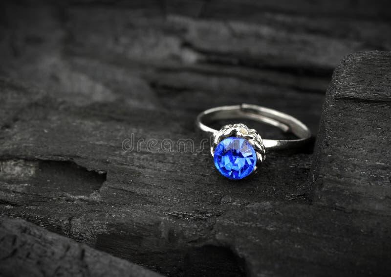 Anel da joia com sapphir azul grande no fundo escuro de carvão, s imagem de stock royalty free