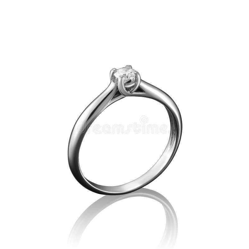 Anel da joia do diamante do ouro branco no fundo branco com reflexão imagem de stock royalty free