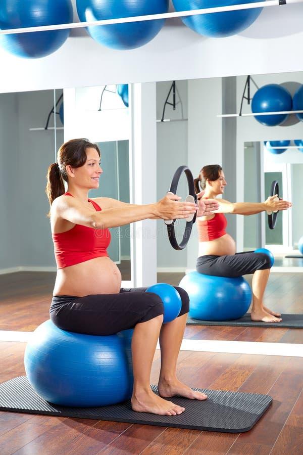 Anel da mágica do exercício dos pilates da mulher gravida imagens de stock royalty free