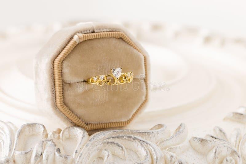 Anel da tiara do ouro para a princesa na caixa de veludo fotos de stock royalty free