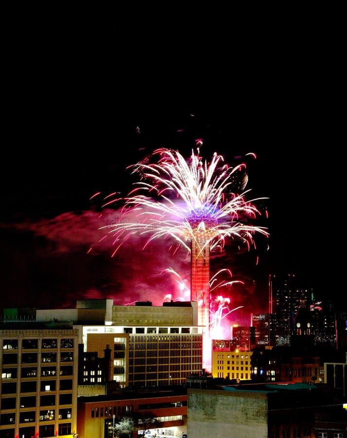 Anel da torre da reunião com mostra Dallas dos fogos-de-artifício imagem de stock royalty free