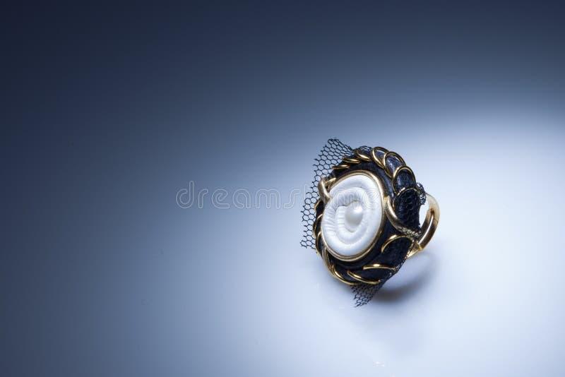 Anel de couro com elementos da pérola e do ouro foto de stock royalty free