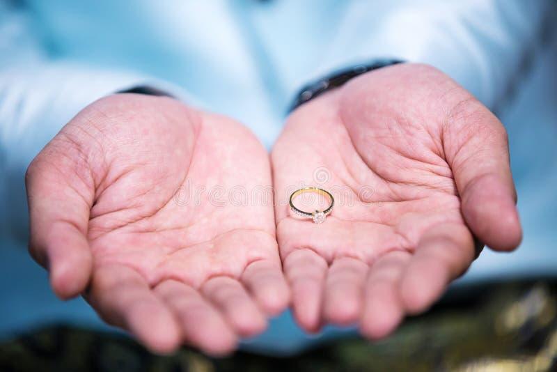 Anel de diamante, aliança de casamento, preço de noiva da aliança de casamento Símbolos do casamento fotografia de stock royalty free