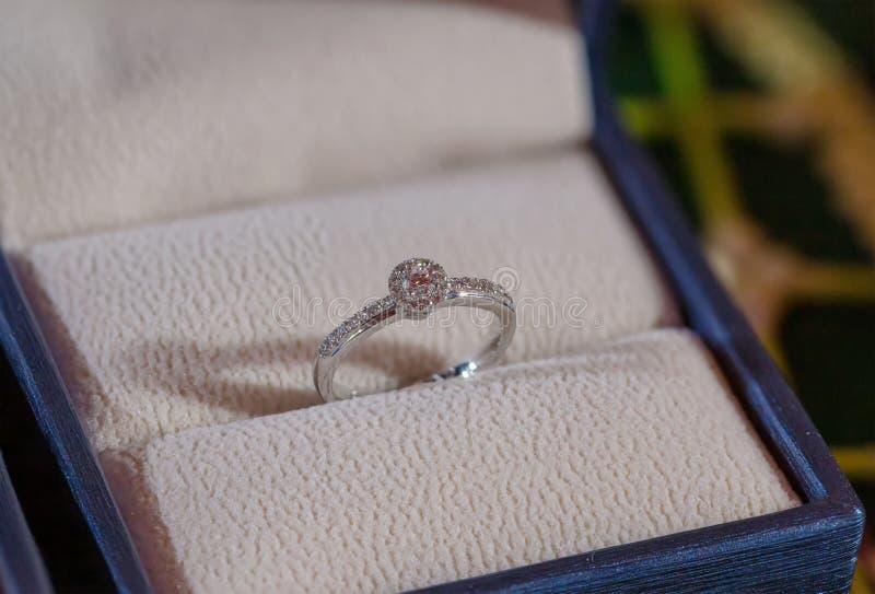 Anel de diamante, aliança de casamento, preço de noiva da aliança de casamento Símbolos do casamento Cerimónia de casamento image imagens de stock