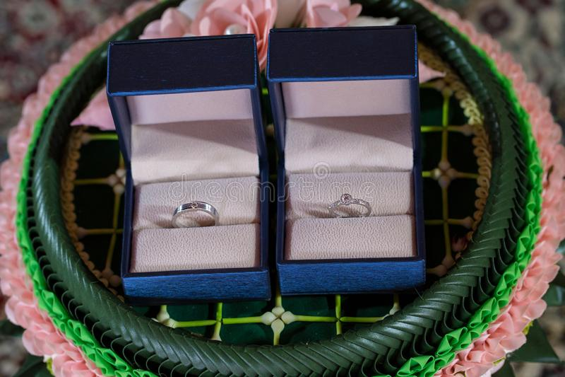 Anel de diamante, aliança de casamento, preço de noiva da aliança de casamento Símbolos do casamento Cerimónia de casamento image fotografia de stock royalty free