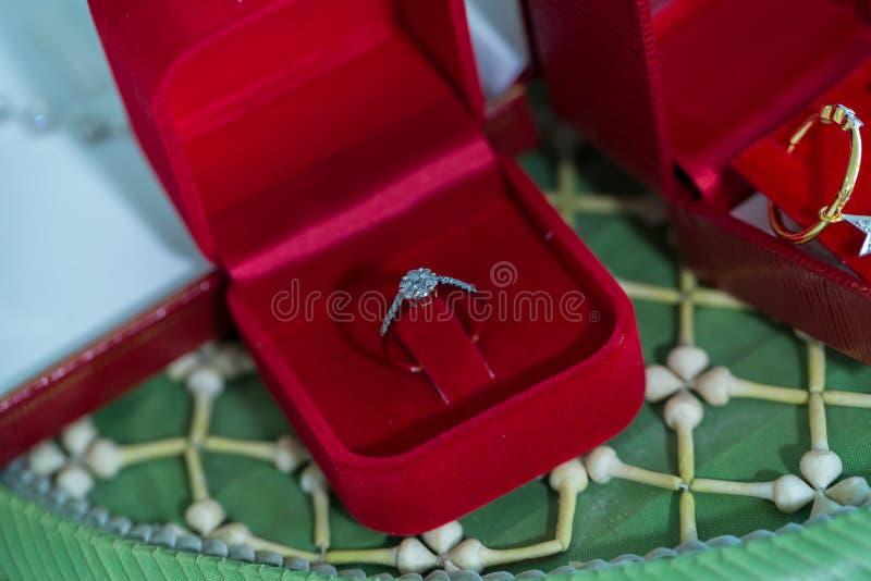 Anel de diamante, aliança de casamento, preço de noiva da aliança de casamento Símbolos do casamento Cerimónia de casamento image fotografia de stock