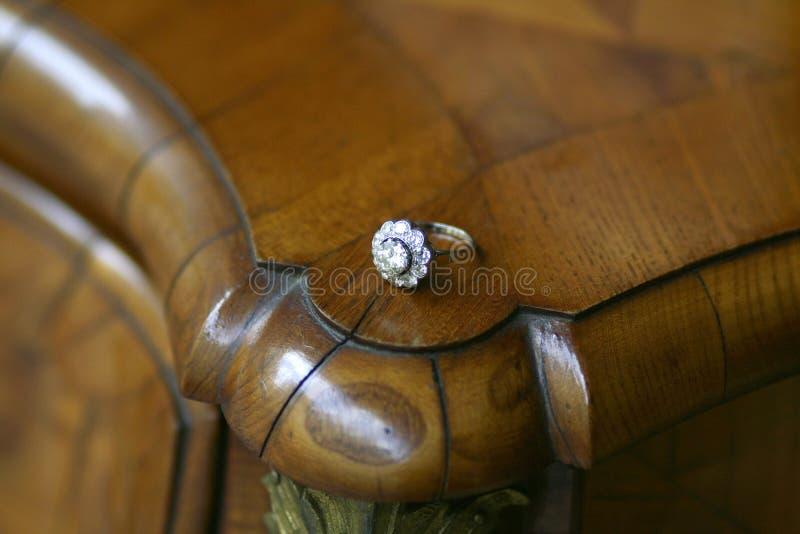 Anel de diamante brilhante antigo do corte fotografia de stock royalty free