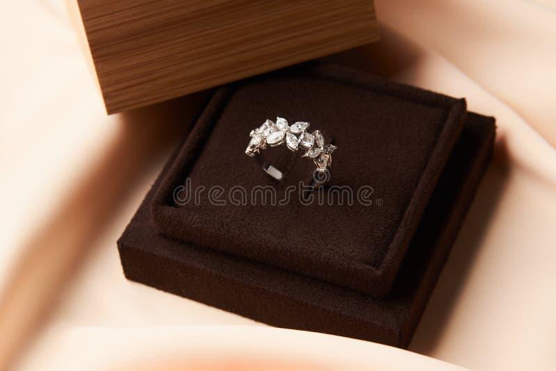 Anel de diamante com caixa de presente, close-up do casamento imagens de stock
