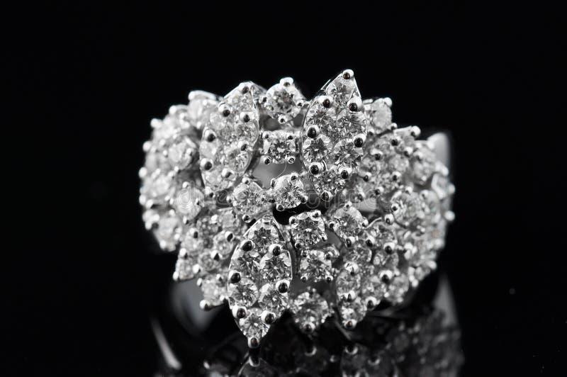 Anel de diamante com reflexão fotos de stock royalty free