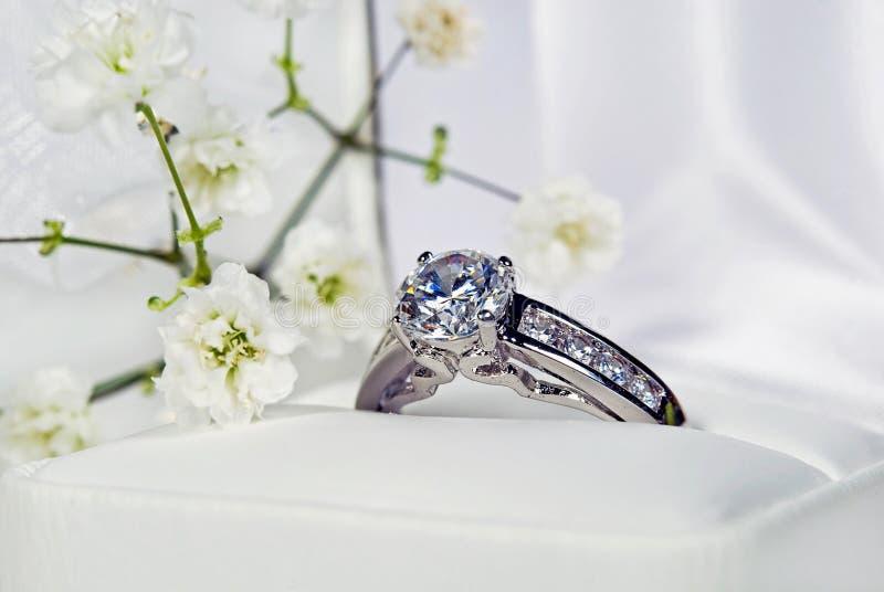 Anel de diamante da platina imagens de stock