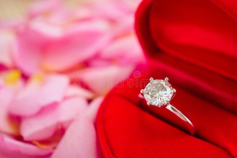 Anel de diamante elegante do casamento na guarda-joias vermelha do coração fotos de stock