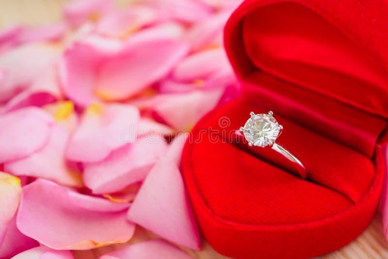 Anel de diamante elegante do casamento na guarda-joias vermelha do cora??o fotografia de stock royalty free