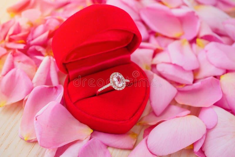 Anel de diamante elegante do casamento na guarda-joias vermelha do cora??o imagem de stock royalty free