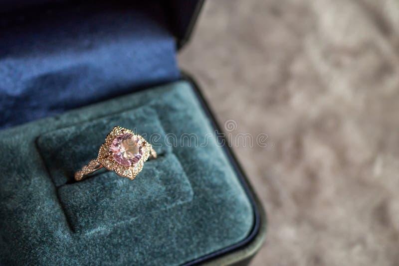 Anel de diamante luxuoso do rosa do vintage na guarda-joias foto de stock