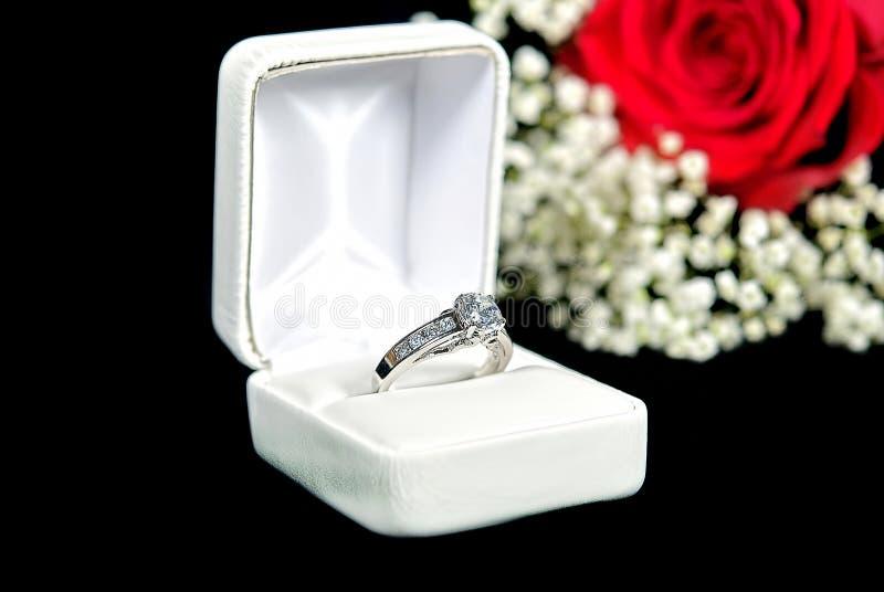 Anel de diamante na caixa imagem de stock royalty free