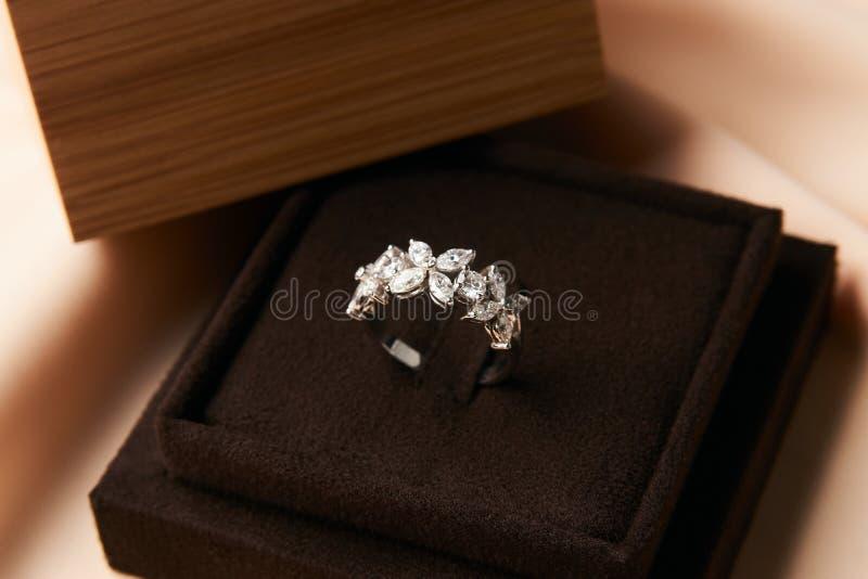 Anel de diamante na caixa de joia escura imagens de stock