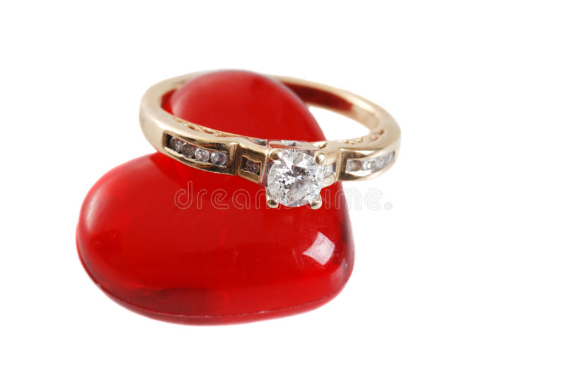 Anel de diamante no coração acrílico vermelho imagens de stock royalty free
