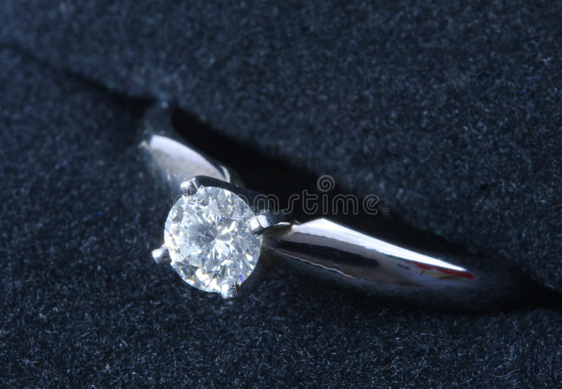 Anel de noivado do diamante fotografia de stock royalty free
