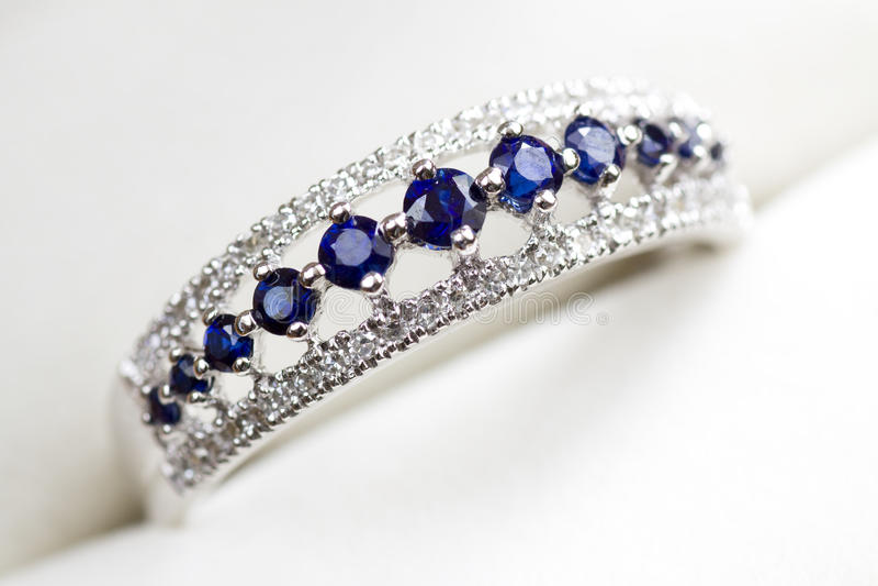 Anel de noivado do diamante e da safira imagem de stock
