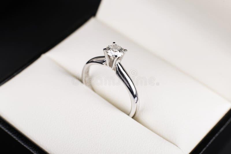 Anel de noivado do diamante do ouro branco, platina encaixotada no fundo branco o fotografia de stock royalty free