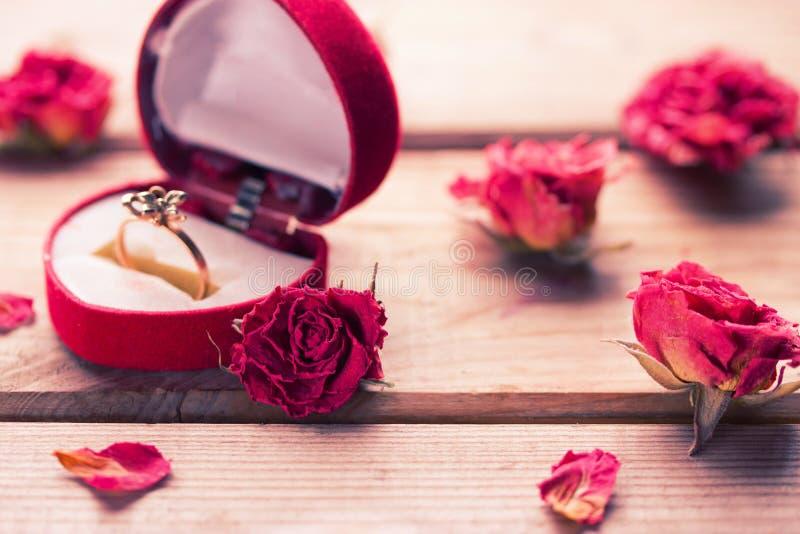 Anel de noivado dourado em uma caixa dada forma coração foto de stock royalty free