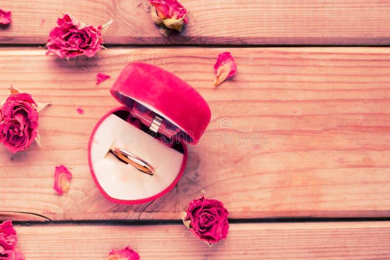 Anel de noivado dourado em uma caixa dada forma coração fotografia de stock