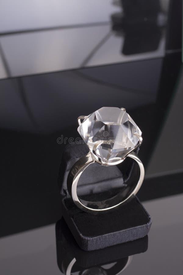 Anel de noivado gigante demasiado grande para o caso do anel. fundo preto foto de stock royalty free
