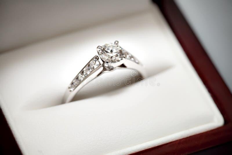 Anel de noivado na caixa imagens de stock
