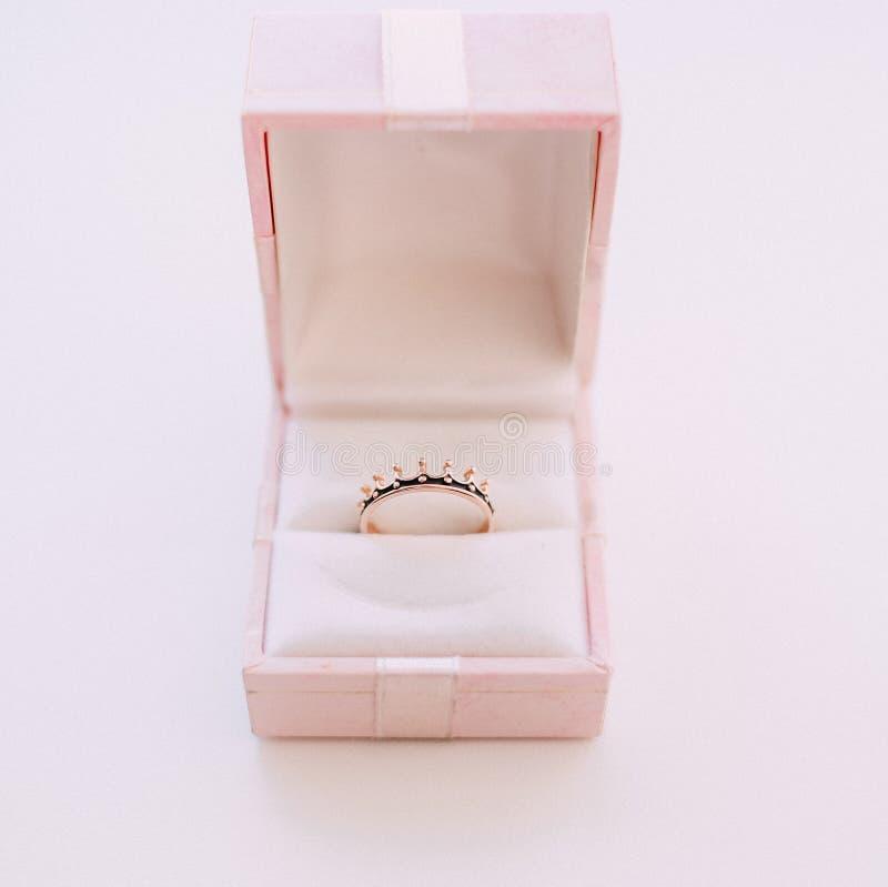 Anel de noivado na caixa cor-de-rosa fotografia de stock royalty free
