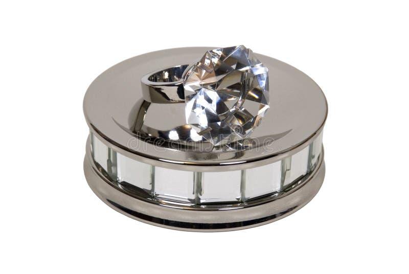 Anel de noivado na placa do espelho foto de stock royalty free