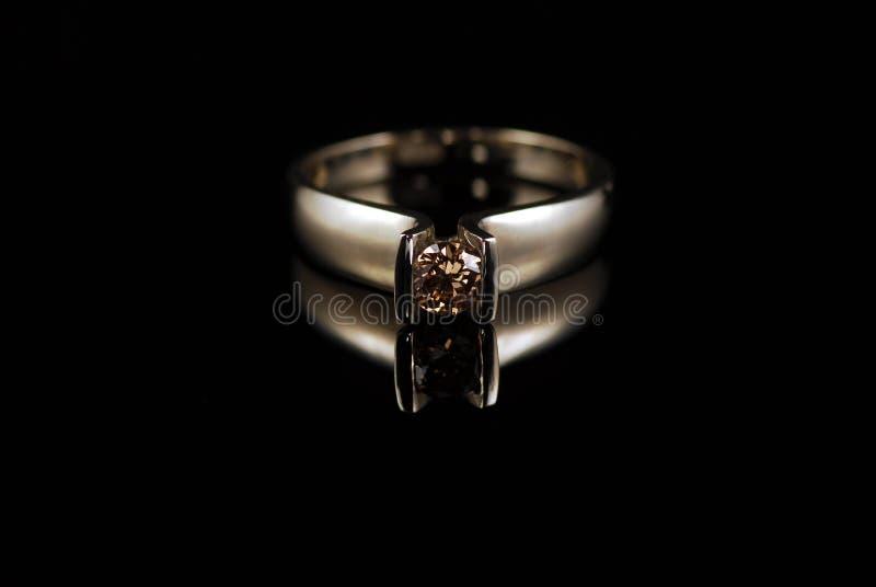 Anel de ouro amarelo com o diamante da cor do conhaque foto de stock royalty free