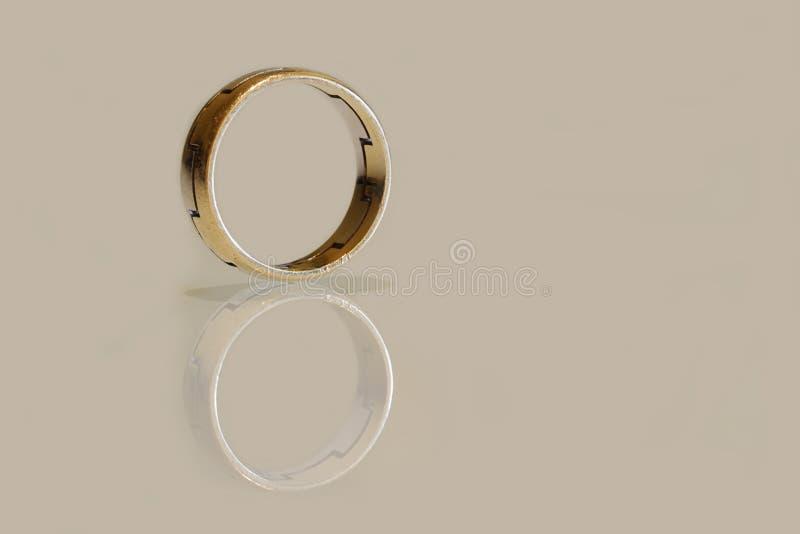 Anel de ouro amarelo e branco fotos de stock royalty free