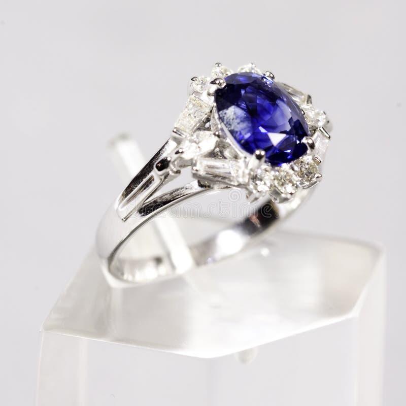 Anel de ouro branco azul da safira foto de stock