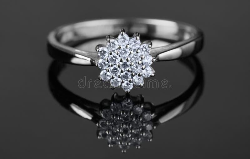 Anel de ouro branco com diamantes imagens de stock royalty free