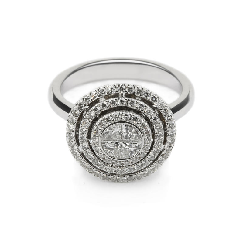Anel de ouro branco com os diamantes brancos para o presente ou o miliampère imagens de stock