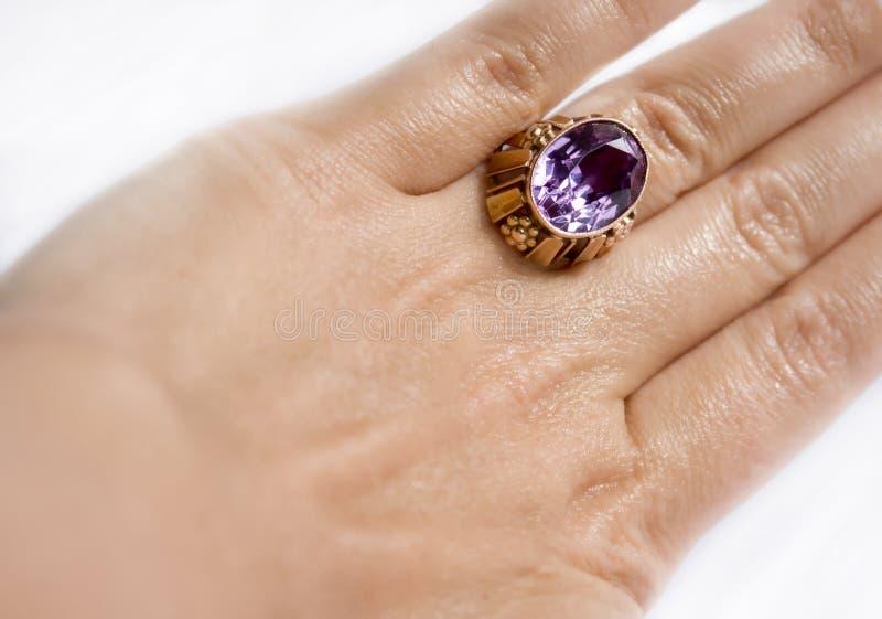 Anel de ouro com alexandrite de pedra fotografia de stock royalty free