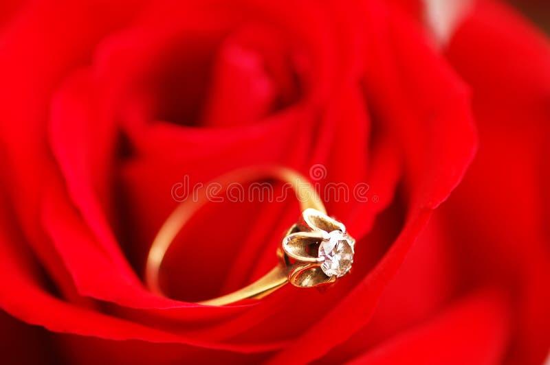 Anel de ouro com diamante imagem de stock royalty free