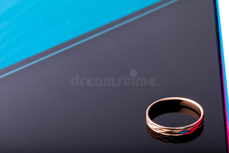 Anel de ouro com facetas isolado no fundo preto forme a jóia foto de stock royalty free