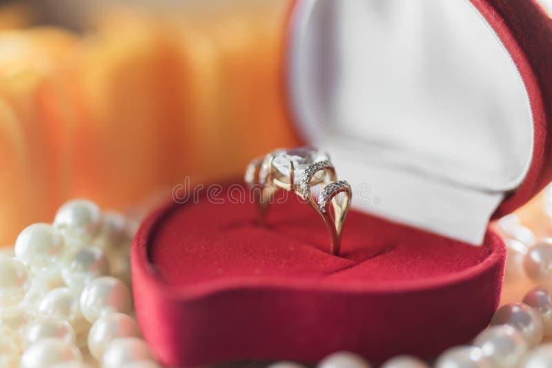 Anel de ouro com gema azul em uma caixa de presente foto de stock