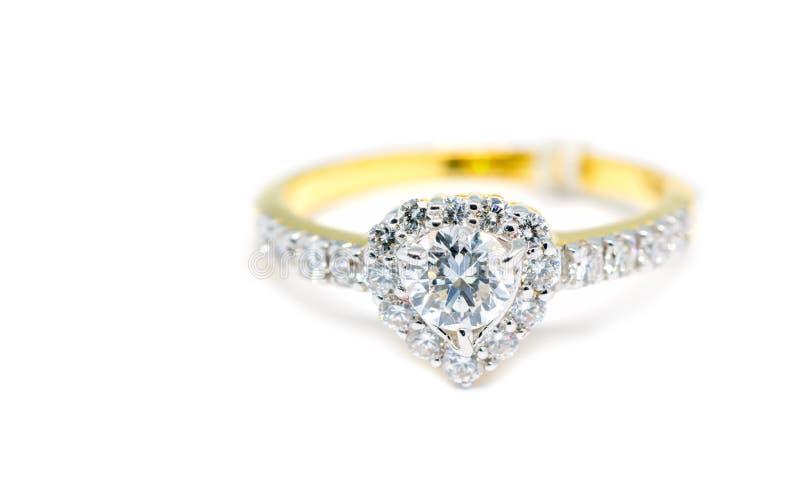 Anel de ouro com o diamante na forma do coração isolado fotos de stock royalty free