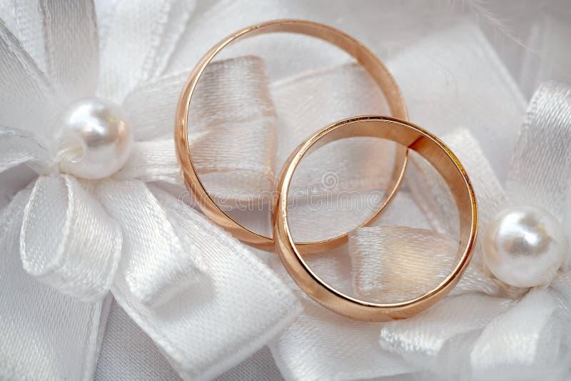 Anel de ouro do casamento, decorações para a celebração do casamento foto de stock royalty free