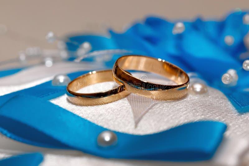 Anel de ouro do casamento, decorações para um casamento imagens de stock
