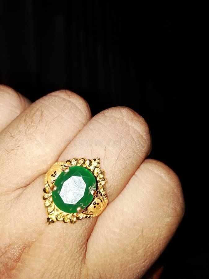 Anel de ouro do panna do verde do anel de dedo foto de stock