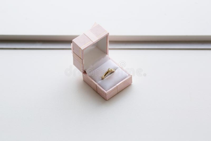 Anel de ouro em uma caixa imagens de stock royalty free