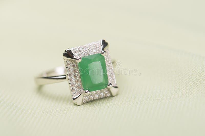 Anel de pedra verde fotografia de stock