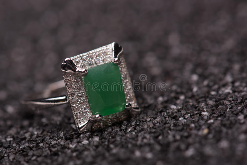 Anel de pedra verde fotografia de stock royalty free